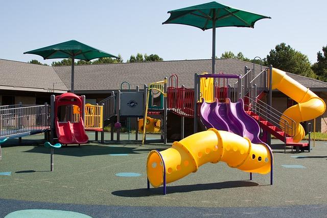 Jak wybrać bezpieczne podłoże na plac zabaw